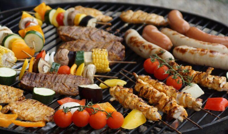 Barbecue gaz ou barbecue charbon de bois : comment choisir ?