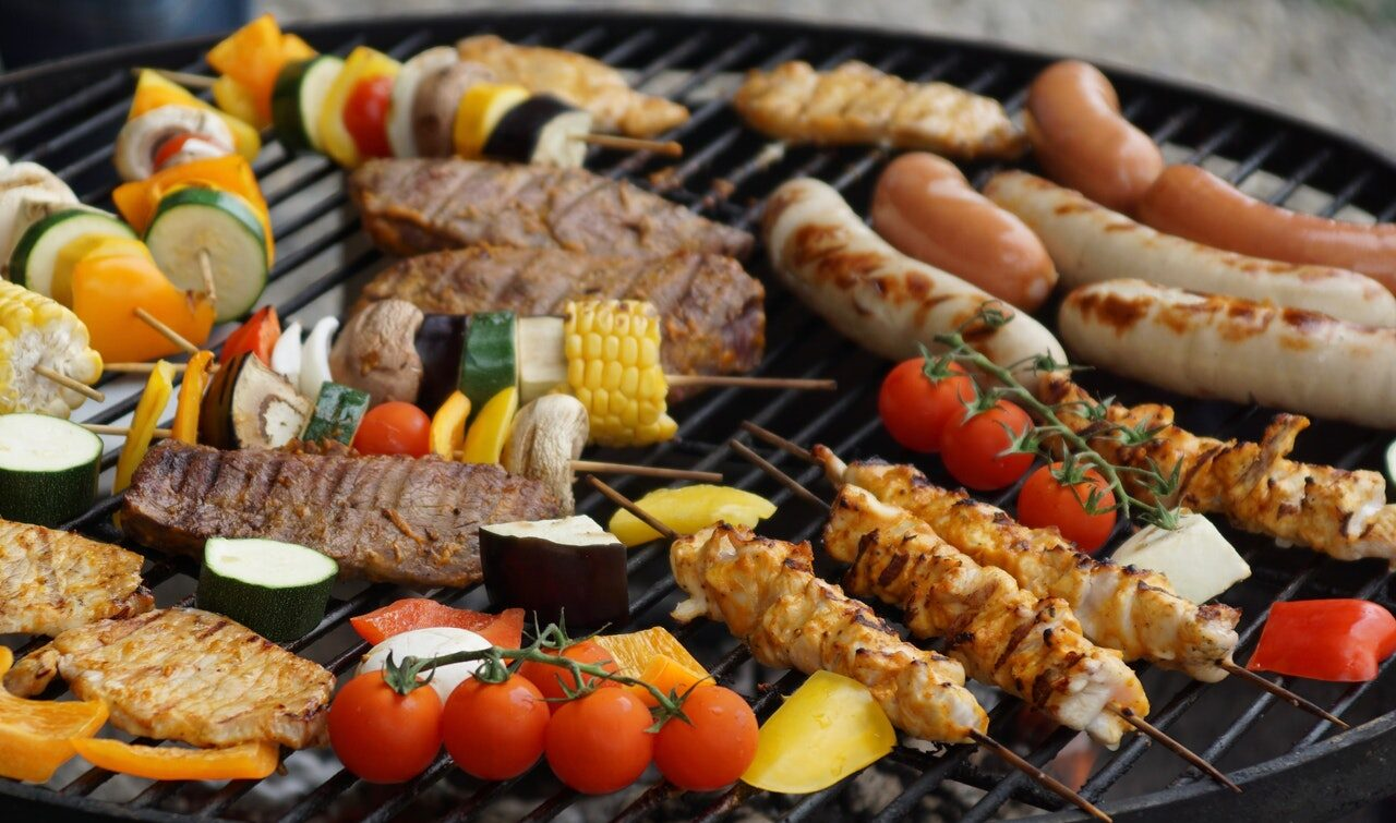 Barbecue gaz ou barbecue charbon de bois : comment choisir?