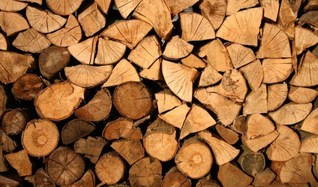 Comment protéger son bois de chauffage dans un abri ?